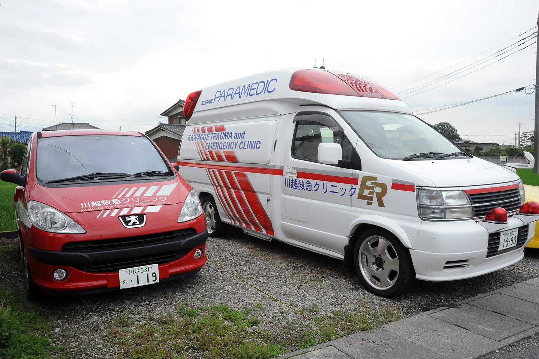 川越救急クリニックの出動車。左はなんとプジョー!